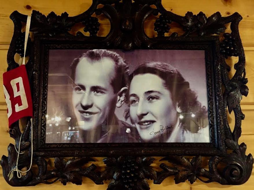 Emil Zatopek og hans kone hænger på væggen på hotellet.