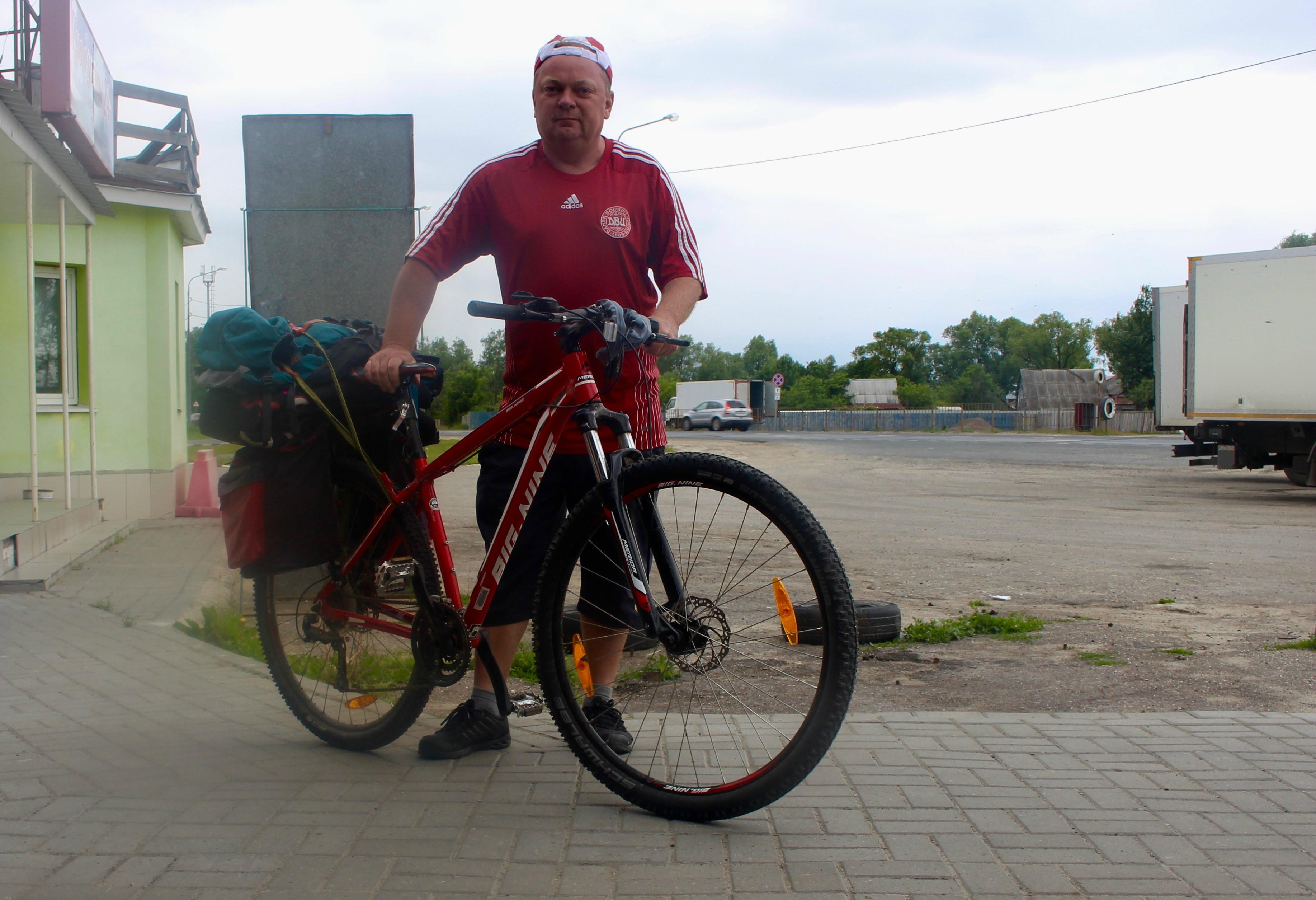 Mig og min cykel på en russisk rasteplads.
