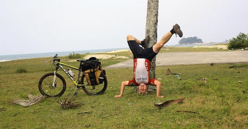 Jeg cykler og står på hovedet i hele verden.