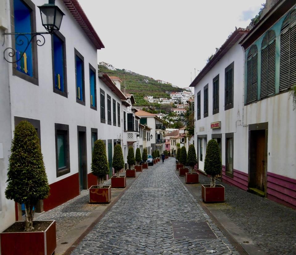 Gadebillede fra den lille by Camara de Lobos.