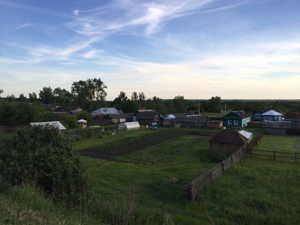 Ved VM i Rusland passerede mange små russiske landsbyer som denne.