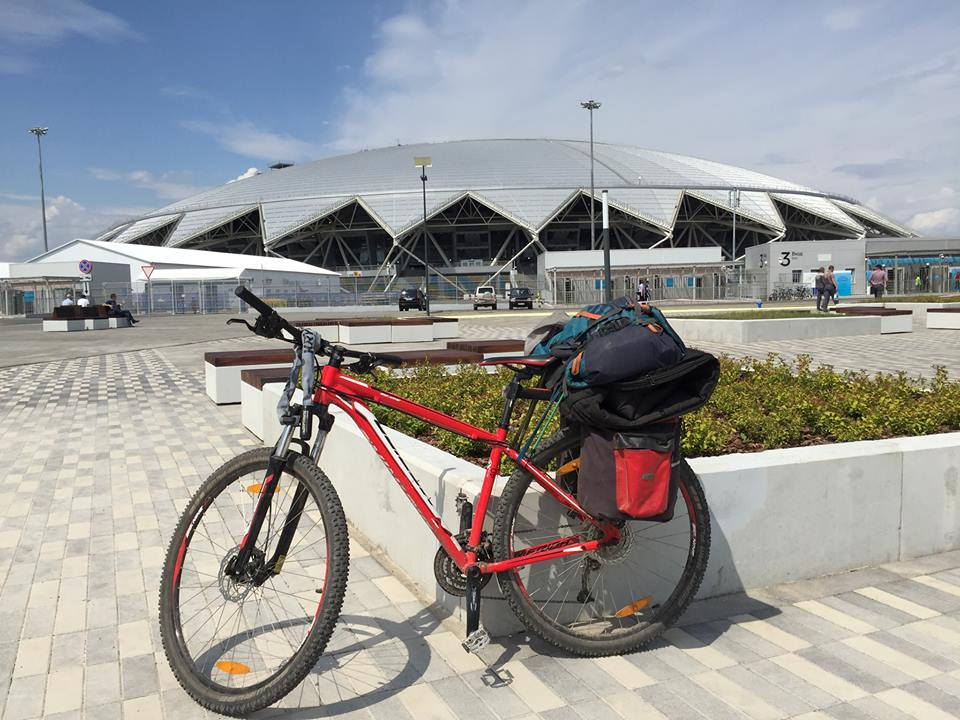 VM i Rusland, med min cykel foran stadion i Samara.