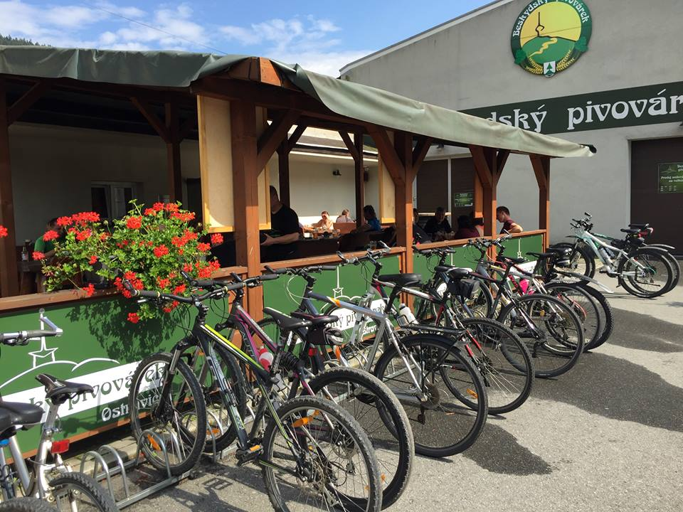 Mikro bryggeri med cykel parkering.