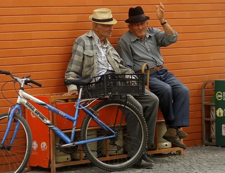 Et par gamle gutter får sig en hyggesnak i Alentejo provinsen.